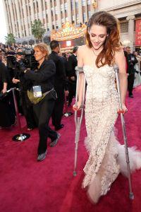 Kristen Stewart on crutches at 2013 Oscars