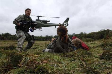 28 Weeks Later Jeremy Renner rescuing Rose Byrne