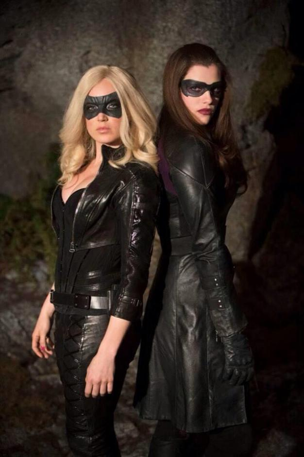 Arrow Black_Canary_Caity_Lotz_and_Huntress_Jessica_De_Gouw