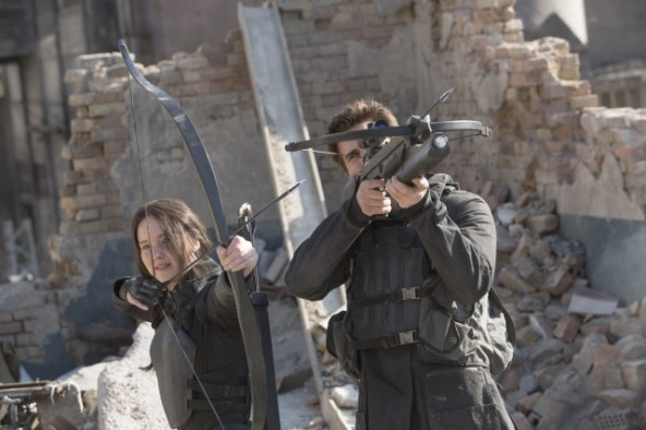 The-Hunger-Games-Mockingjay-Part-1-Jennifer-Lawrence-and-Liam-Hemsworth-aiming