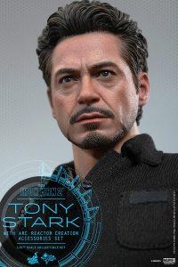 Hot Toys Tony Stark Iron Man 2 figure - Stark looking up