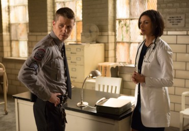 Gotham episode 11 - Rogue's Gallery - Dr. Thompkins and Gordon at Arkham