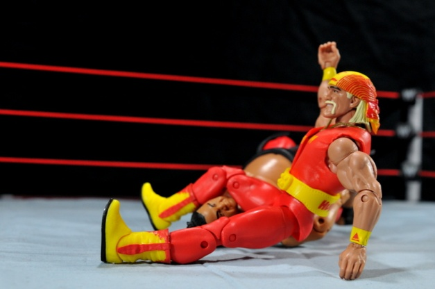 Hulk Hogan Hall of Fame figure -legdrop to Yokozuna