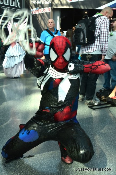 New York Comic Con 2015 cosplay - Spider-Man fighting off Venom