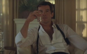 Tomorrow Never Dies - Bond with drink